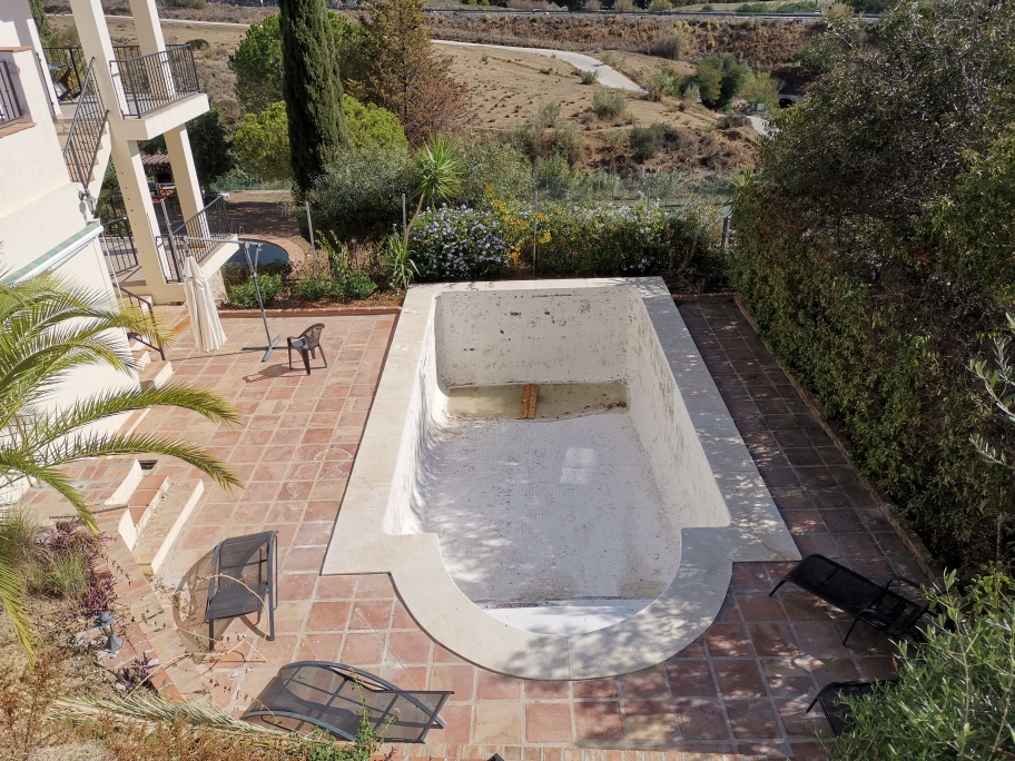 Tiling swimming pool